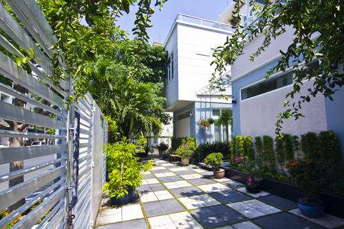 Lối vào nhà cũng được thiết kế làm cảnh quan, thay vì làm sảnh đón thông thường. Điều này giúp công trình đẹp hơn và góp phần giảm được chi phí.