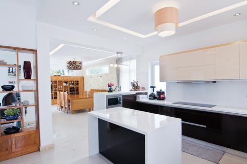 Phòng ăn và bếp liên hoàn nhau cho cảm giác rộng rãi. Đây là khoảng không gian nên được đầu tư nhiều nhất trong công trình, bởi lẽ đây là nơi được sử dụng hàng ngày nhiều nhất của gia đình.