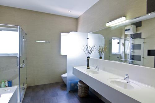 Phòng vệ sinh phải được tiếp cận với thiên nhiên, đưa ánh sáng và thông gió tự nhiên làm cho phòng vệ sinh thoáng, sạch hơn.