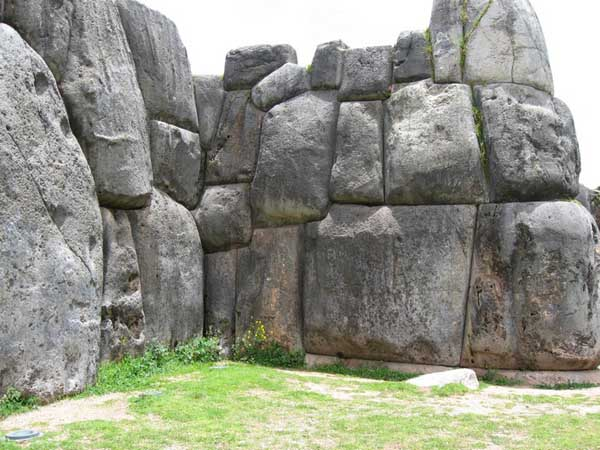 Những tảng đá được ghép khít đến nỗi không thể lèn nổi một con dao vào giữa hai khối đá (Ảnh: Leon Petrosyan, Wikimedia)