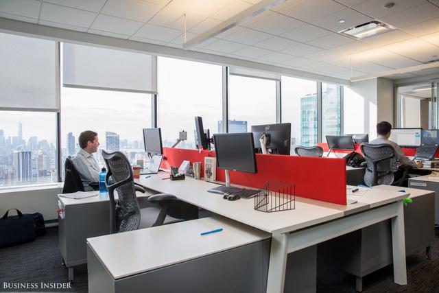 Với rất nhiều công việc vẫn được thực hiện theo phong cách thiết kế văn phòng thông thường. Nhân viên có thể ngồi làm việc cùng với nhóm của mình nếu họ thích, chẳng có quy định nào về chỗ ngồi tại Bain.