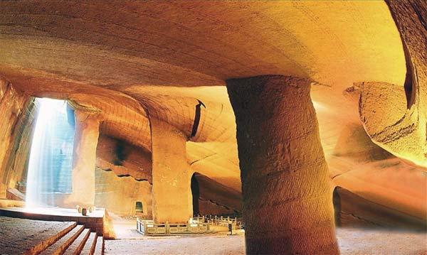 Một hang động trong quần thể Long Du (Ảnh: ancient-origins.net)