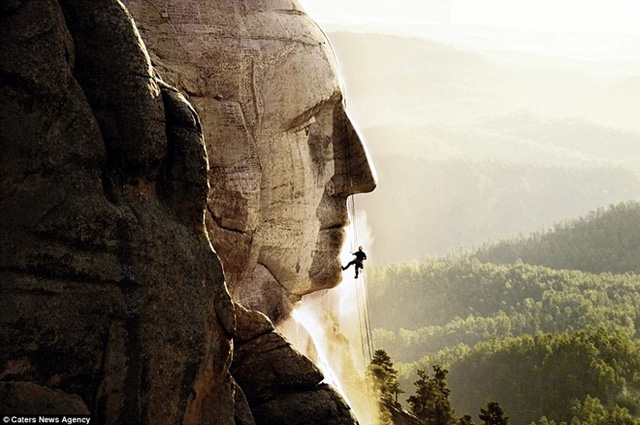 Thorsten Mowes đã đi vòng quanh thế giới trong các dự án làm sạch công trình vĩ đại của chính phủ và những tổ chức di sản. Trong ảnh, anh và các cộng sự đang làm việc ở tượng đài núi Rushmore (Mỹ).