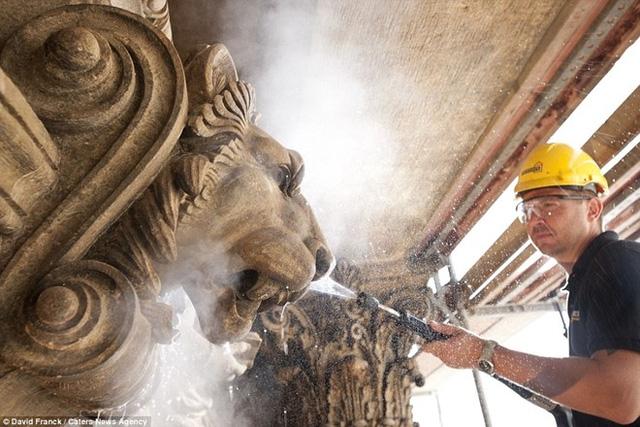 Số lượng người tham gia dự án tùy thuộc vào từng công trình. Trong ảnh, một người đàn ông đang lau dọn Nhà hát quốc gia Prague (Cộng hòa Czech).