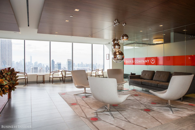 Văn phòng tại Manhattan của Bain & Company nằm trên tầng 42, 43 và 44 của toà nhà Grace. Tại đây cán bộ công nhân viên có được góc nhìn toàn bộ khu vực Manhattan.