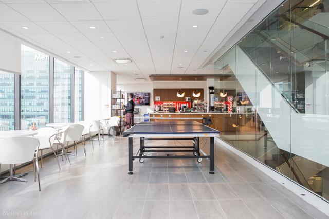 Trên tầng 43, ở bên cạnh ban công là khu vực sinh hoạt chung của cả văn phòng. Tại đây có bếp ăn, bàn bóng bàn cũng như phong cách thiết kế kiểu quán cafe để nhân viên làm việc.
