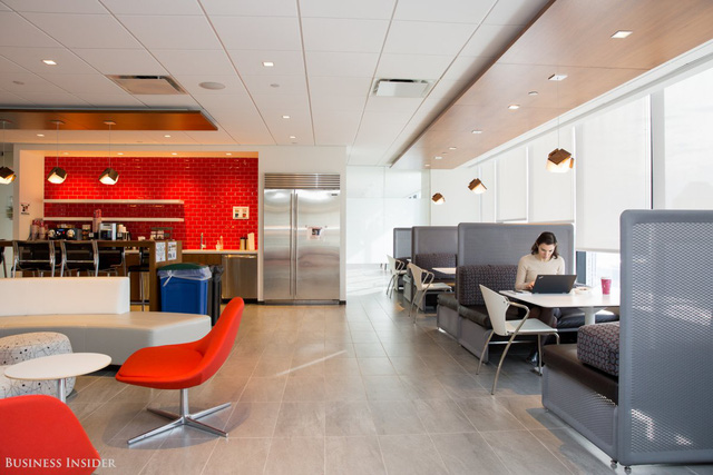 Đỏ là màu sắc chủ đạo của Bain, màu đỏ có thể được nhìn thấy ở rất nhiều nơi quanh văn phòng này.