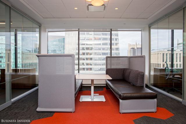 Theo nhiều nghiên cứu, nhân viên sẽ gắn kết với văn phòng khi họ có sự kiểm soát tốt hơn. Điều này không chỉ tới từ văn phòng mà còn từ nhiều khía cạnh khác nhau trong công việc.