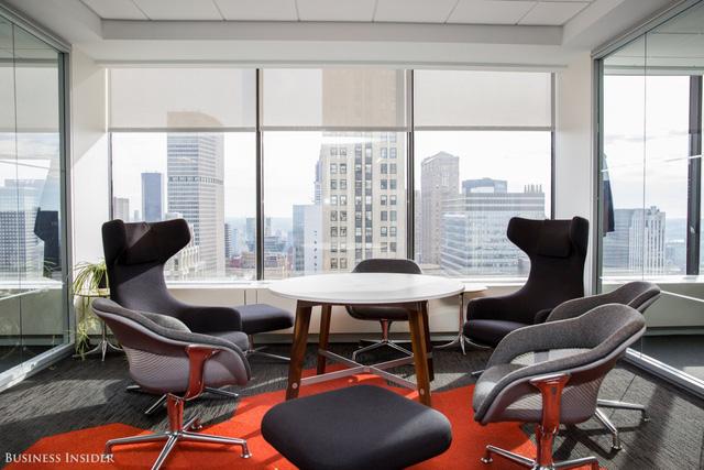 Văn phòng có nhiều khu vực khác nhau cho nhiều đặc thù công việc khác nhau. Những người làm việc sáng tạo sẽ được ngồi khu riêng trong khi những người làm việc theo nhóm được sử dụng phòng làm việc chung để phát triển tốt hơn theo nhóm.