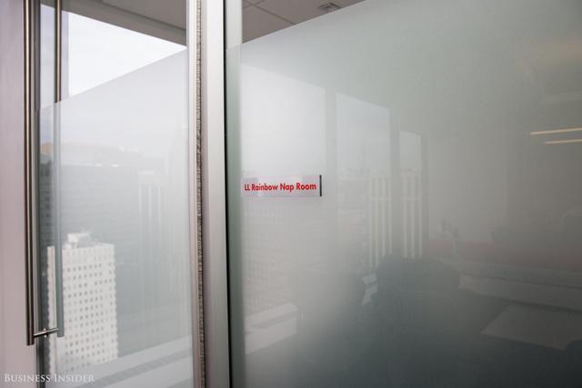 Tại Bain có những phòng nghỉ riêng, nhân viên có thể đặt phòng này để ngủ nếu quá mệt mỏi hoặc đơn giản nếu họ muốn một không gian riêng tư để làm việc, đây sẽ là nơi dành cho họ.