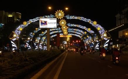 Mẫu Trang trí được hội đồng Ban Giám Khảo trao giải nhất cuộc thi trang trí ánh sáng và đường hoa do UBTP thực hiện hàng năm tại tuyến đường Nguyễn Văn Linh - Đà Nẵng với biểu tượng chào mừng hội nghị Apec 2017. Ảnh Tùng Anh