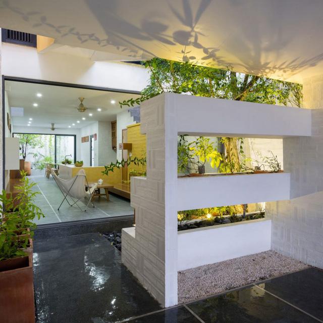 Bên trong ngôi nhà thoáng sáng với nội thất được bài trí đơn giản pha trộn giữa truyền thống và hiện đại.