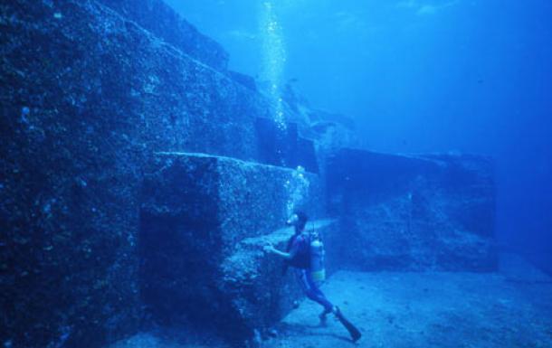 Người thợ lặn cho chúng ta thấy kích thước của kiến trúc bằng đá (Ảnh: ancient-origins.net)