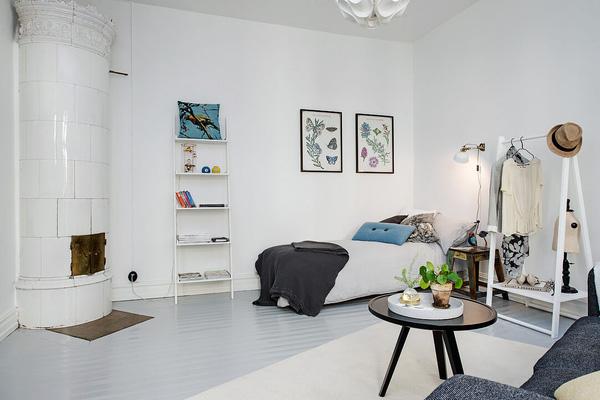 Với việc sử dụng nội thất thông minh, chiếc giường ngủ được giấu khéo léo trong kệ sau sofa đủ chỗ cho hai người.