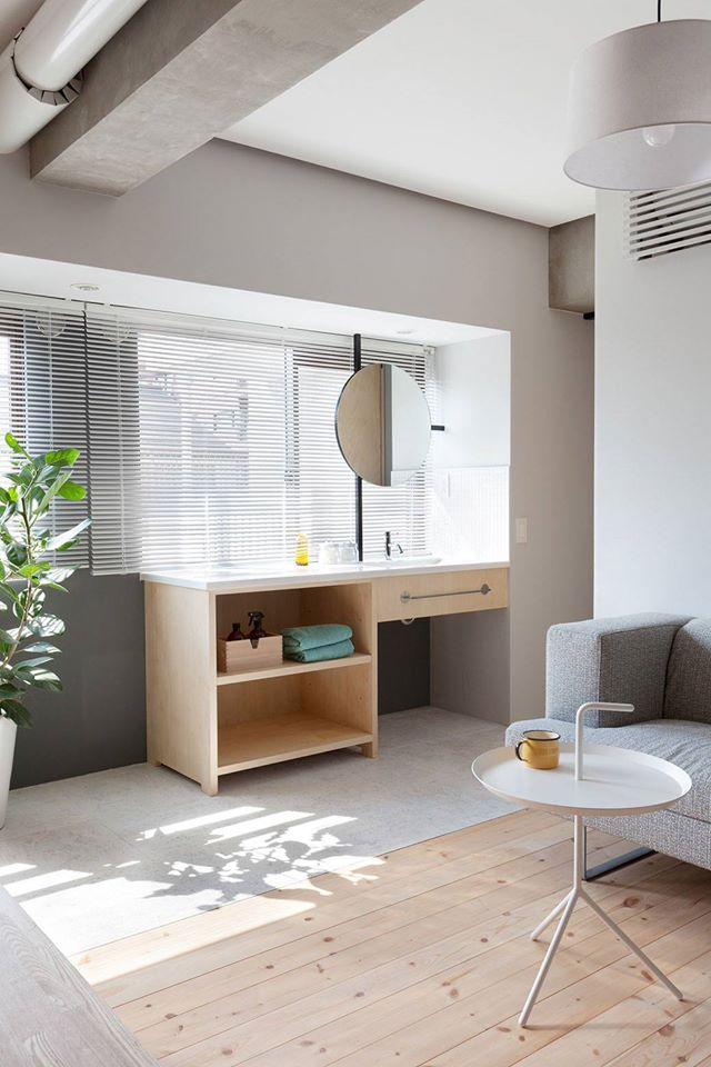Góc làm việc, học tập nhỏ nhắn tràn ngập ánh sáng được đặt khéo léo ngay cạnh cửa sổ.