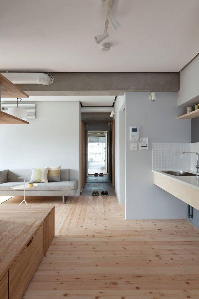 Toàn bộ sàn nhà được ốp gỗ cùng tông màu với hệ thống vách ngăn của căn hộ.