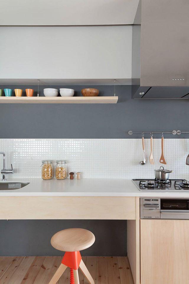 Việc sử dụng kệ mở trong nhà bếp như thế này vừa thông thoáng cho ngôi nhà lại rất tiện dụng và thoải mái cho người nội trợ khi nấu ăn.